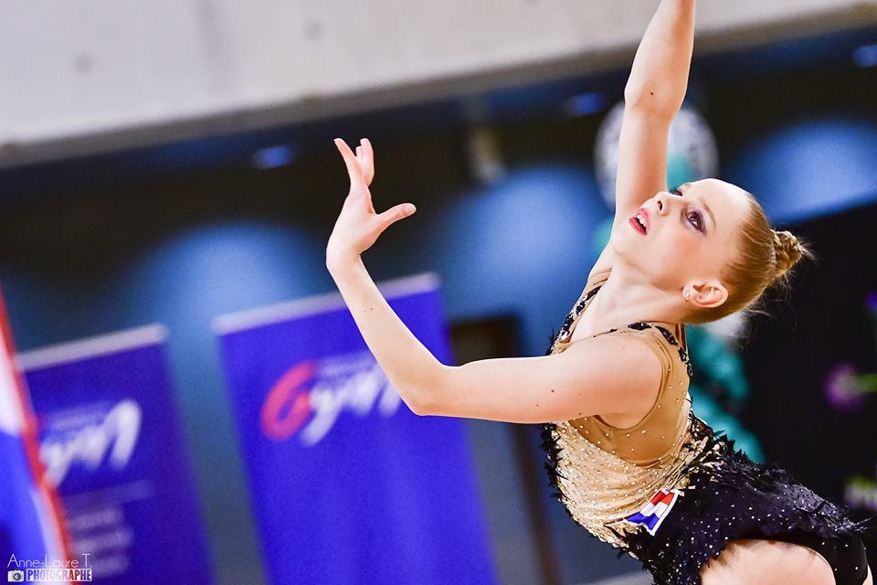 <p>La première édition du tournoi international de Gymnastique Rythmique de Strasbourg se tenait ce week-end. Après ses récents bons résultats lors des revues d&rsquo;effectif, Valérie Romenski a été sélectionné pour participer à la compétition. Et elle était en forme puisqu&rsquo;elle remporte en junior 2002/2003 ! Une médaille de plus et [&hellip;]</p>